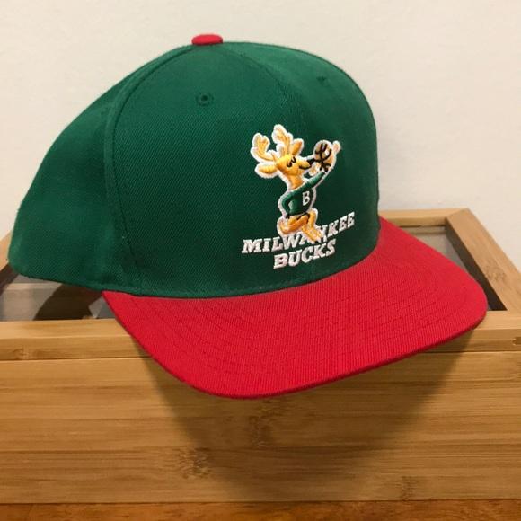 lowest price dbdd6 5f704 Mitchell   Ness SnapBack hat-Milwaukee Bucks Retro.  M 5c44c9ee34a4efe51ea07db2